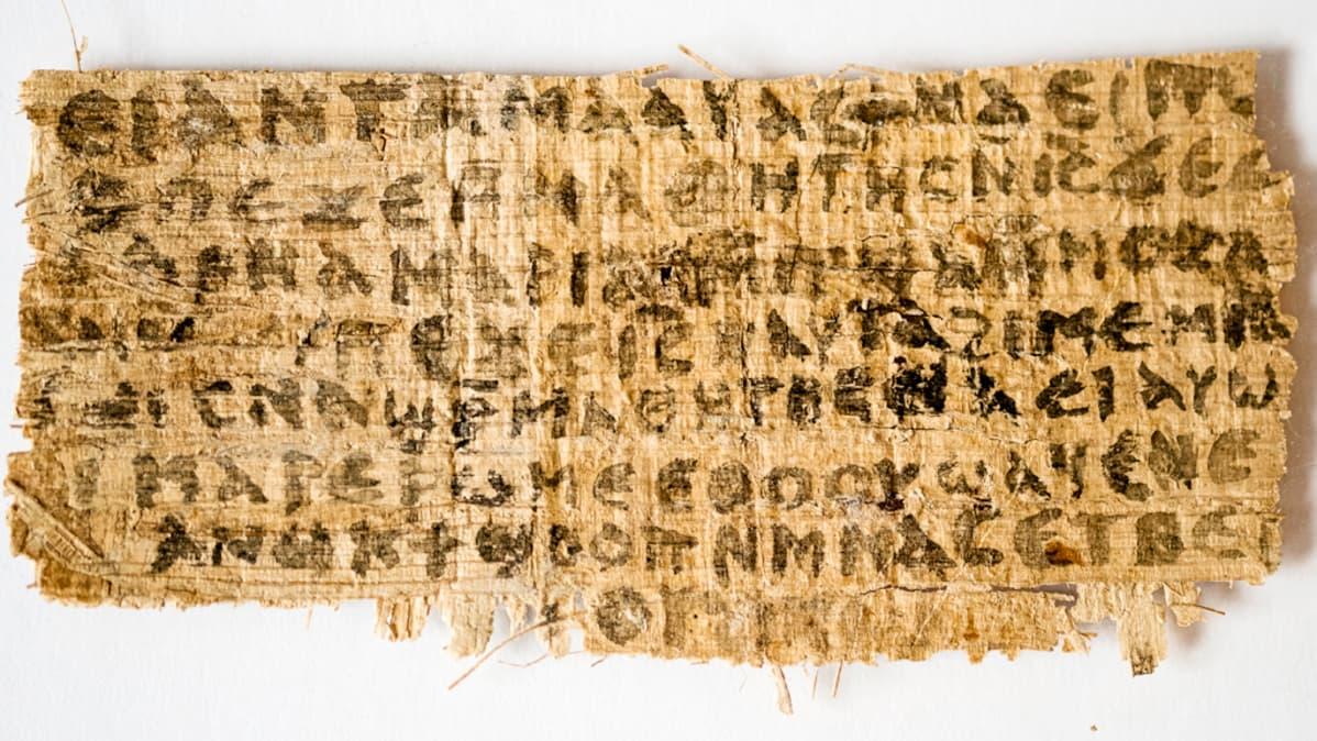 Palanen vanhaa papyrysta.