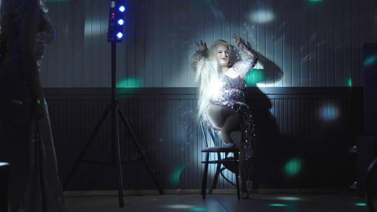 Johanna Tukiainen tanssii.