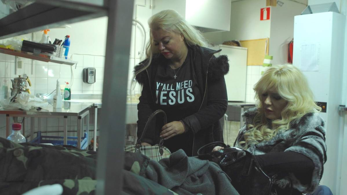 Johanna Tukiainen ja Lora Surkova ravintolan takahuoneessa ennen illan keikkaa.