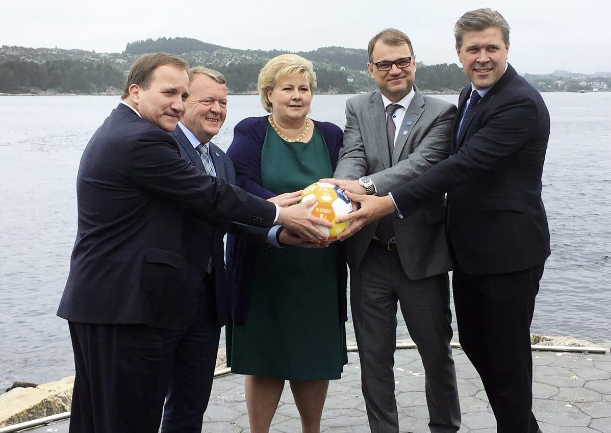 Ruotsin pääministeri Stefan Löfven (vas), Tanskan pääministeri Lars Lökke Rasmussen, Norjan pääministeri Erna Solberg, pääministeri Juha Sipilä ja Islannin pääministeri Bjarni Benediktsson Pohjoismaisessa pääministerikokouksessa Norjan Bergenissä maanantaina 29. toukokuuta.