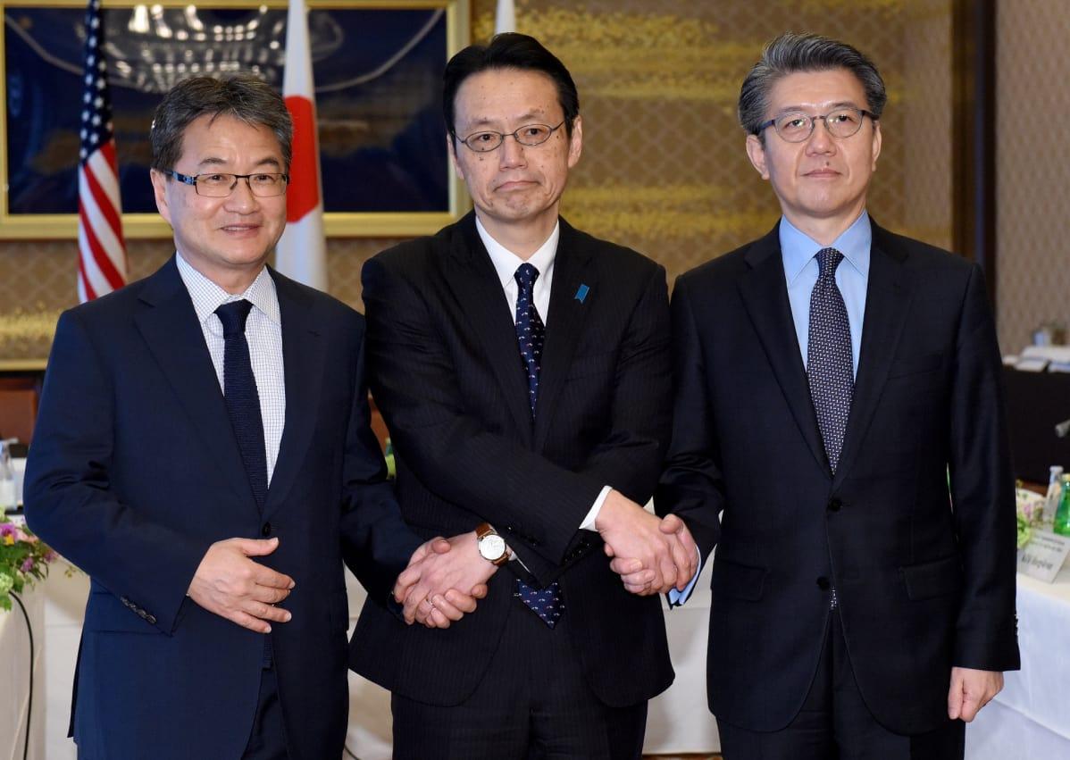 Yhdysvaltojen, Etelä-Korean ja Japanin edustajat neuvottelivat Pohjois-Korean tilanteesta 25. huhtikuuta 2017.