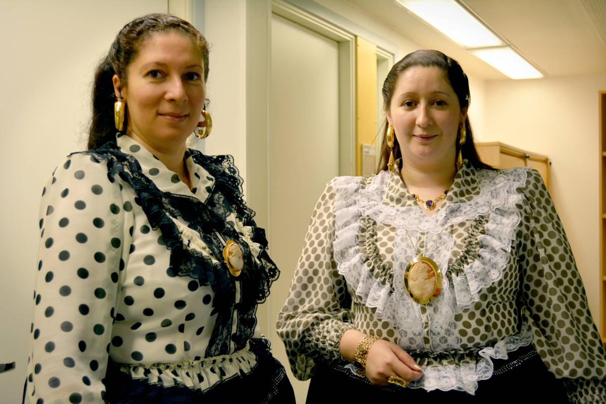 Tanja Svarts Lindgren ja Ramona Grönstrand ovat pukeneet perinteiset romanipuvut ja -korut ylleen.