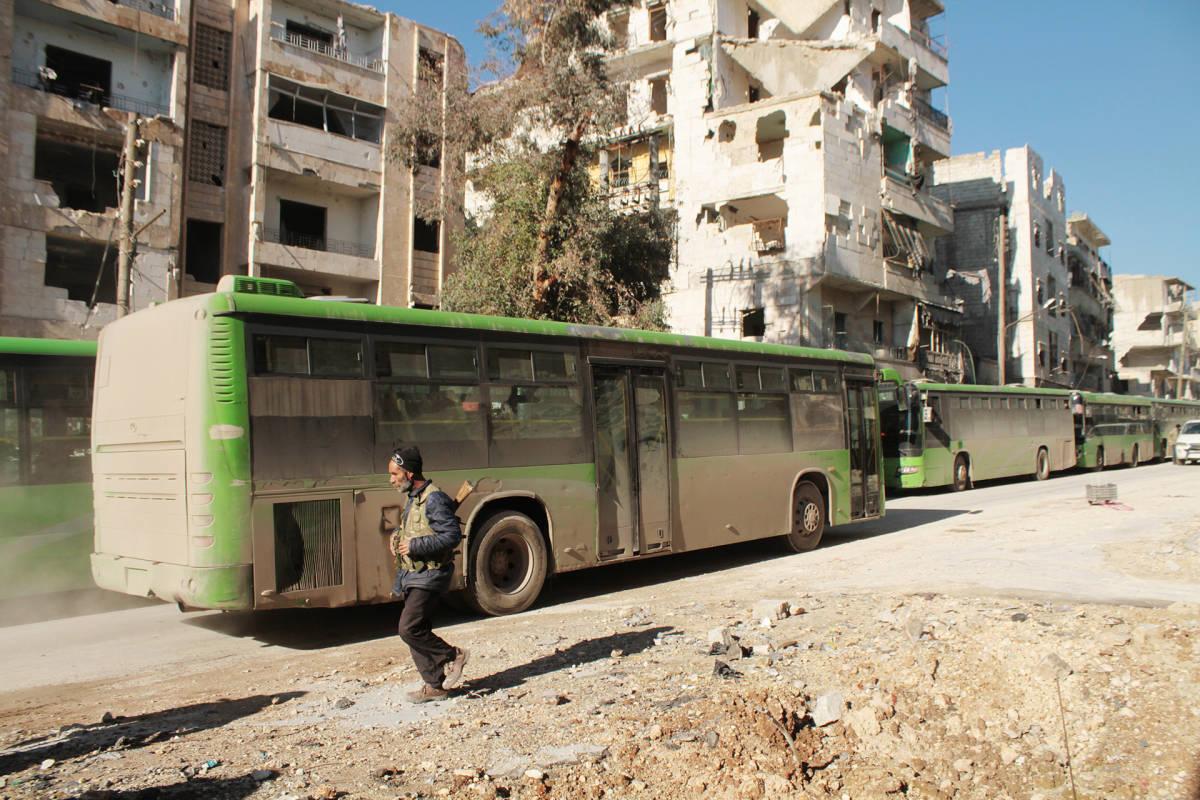 Evakuointibusseja Aleppossa 15. joulukuuta.