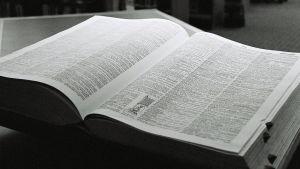 Mustavalkoinen kuva sanakirjasta.