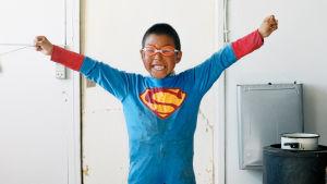 Grönlantilaispoika Jonas teräsmiehen asussa