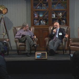 Stefan Widomski Jukka-Pekka Pietiäisen haastateltavana Helsingin kirjamessuilla 2015