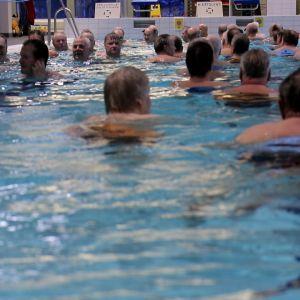 Eläkeläisiä Inkeroisten uimahallissa.
