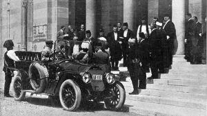 Arkkiherttua Franz Ferdinand saapuu Sarajevon kaupungintalolle 28.6.1914, vain tunteja ennen murhaansa.