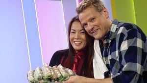 Heather ja Risto Kuusisto valmistavat vietnamilaisia kevätkääryleitä