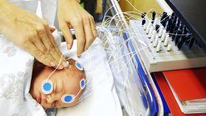Aivosähkökäyrän mittaus vauvalla