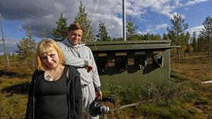 Kirjailija Laura Gustafsson ja luontotoimittaja Kimmo Ohtonen kojun edustalla.