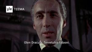 Kuvakaappaus Christopher Lee -teemaillan trailerista. Kuvassa Lee Draculana (1958).