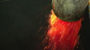 raakapalmuöljyä virtaa putkesta tehtaassa (ohjelmasta Ulkolinja 18.9.14)