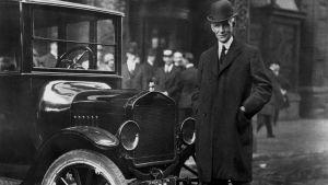 Henry Ford auton vieressä
