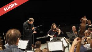 Sakari Oramo johtaa Radion sinfoniaorkesteria, harjoituksissa myös konsertin solisti, viulutaiteilija Patricia Kopatchinskaja.