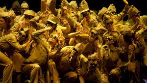 Suomen Kansallisoopperan kuoro John Adamsin oopperassa Dr Atomic.