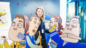 Nuori nainen seisoo Pasila-animaatiosarjan hahmojen keskellä