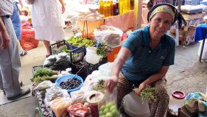 Turkkilainen nainen myy vihanneksia kauppahallissa