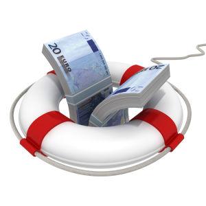 Pelastusrenkaan keskellä nippu euro-seteleitä.