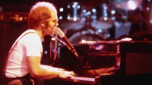 Elton John pianon ääressä
