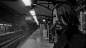 Dave Grohl juna-aseman laiturilla Chicagossa
