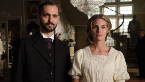 Pedro Alonso on hotellinjohtaja Don Diego ja Alicia (Amaia Salamanca).