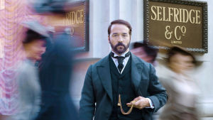 Harry Gordon Selfridge (Jeremy Piven) haluaa perustaa komean tavaratalon Lontooseen.