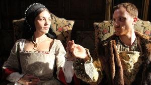 Anne Boleyn ja Henrik VIII (näyttelijät Emma Connell ja Jack Hawkins)