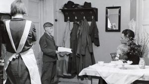 Koulupoika keräämässä rahaa Suomen kulttuurirahastolle