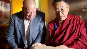 Gene Smith ja Chökyi Nyima Rinpoche tutkimassa käsikirjoitusta