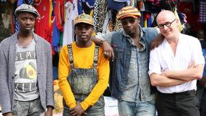 Toimittaja Chris Pedersen (oikealla) ja stylistitrio Neibaz Fashion House