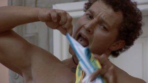 mies aikoo ehkä repiä alushousuja hampaillaan (hah)
