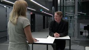 RSOn viulisti Taru Kircher haastattelee vierailevaa kapellimestaria Douglas Boydia.