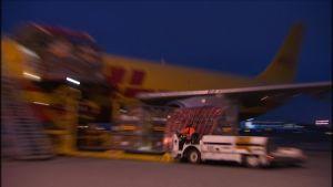 DHL:n Airbusia puretaan Helsinki-Vantaalla 2.12. 2014