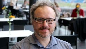 Pianotaiteilija Nicolas Hodges pitää saunakulttuurista.