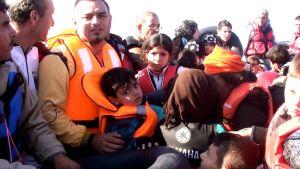 Pakolaisia ahtautuneena veneeseen