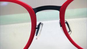 Lähikuva silmälasien kehyksistä.