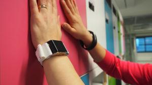 Kädet joissa aktiivisuusrannekkeet