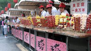 hedelmävartaita ja myyjiä toriständillä