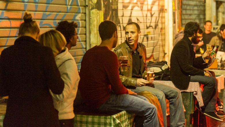 Oluenjuojia katubaarin terassilla Jerusalemissa