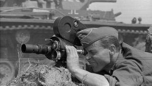 Saksalainen tk-elokuvaaja panssarivaunun edessä