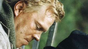 Mylläri Huttune (Vesa-Matti Loiri) ottaa yhteen isäntä Vittavaaran (Valde Pitkänen) kanssa elokuvassa Ulvova mylläri (1982).