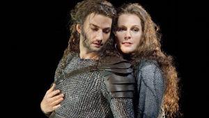 Siegmund (Jonas Kaufmann) ja Sieglinde (Eva-Maria Westbroek) Valkyyria-oopperassa.