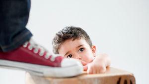 isän kenkä ja lapsi