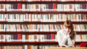 Tyttö lukee kirjastossa