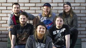 Constantine-bändi. Edessä manageri Elias (Puukari),  kitaristi Korpela (Janne), kitaristi Seppänen (Janne), rumpali Marko (Möttönen), basisti Antti (Varjanne), laulaja Lassi (Vääränen).