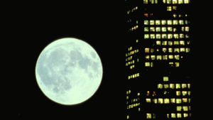 Kuu ja pilvenpiirtäjä elokuvassa Koyaanisqatsi