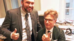 Janne Koskinen tapaa HBL:n musiikkikritikon Wilkelm Kvistin.