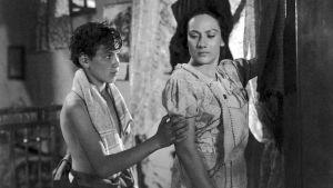 Kuvassa Pedro (Alfonso Mejia) ja Marta, Pedron äiti (Estela Inda).