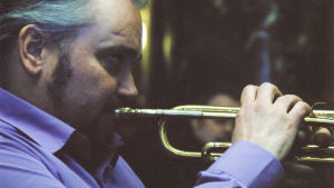 Antero Priha soittaa trumpettia